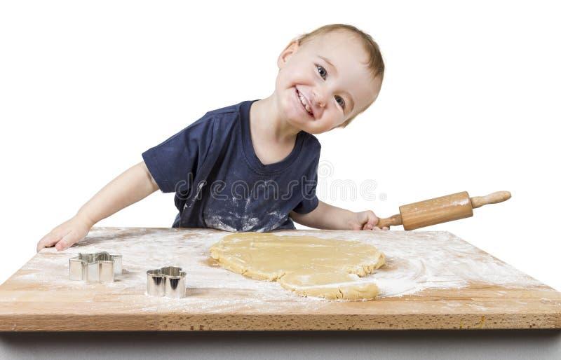 Enfant faisant des biscuits images libres de droits