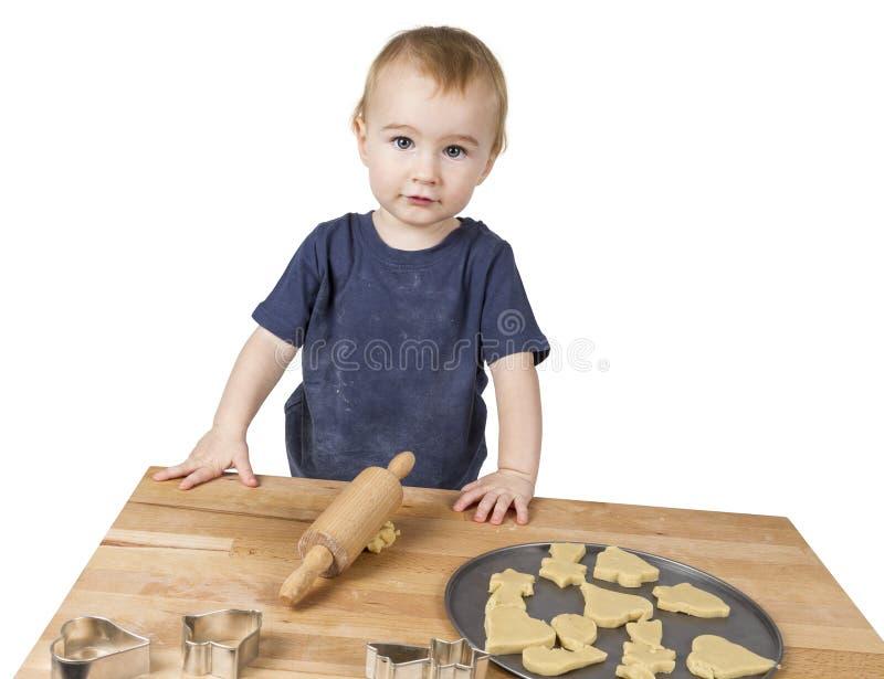 Enfant faisant des biscuits images stock