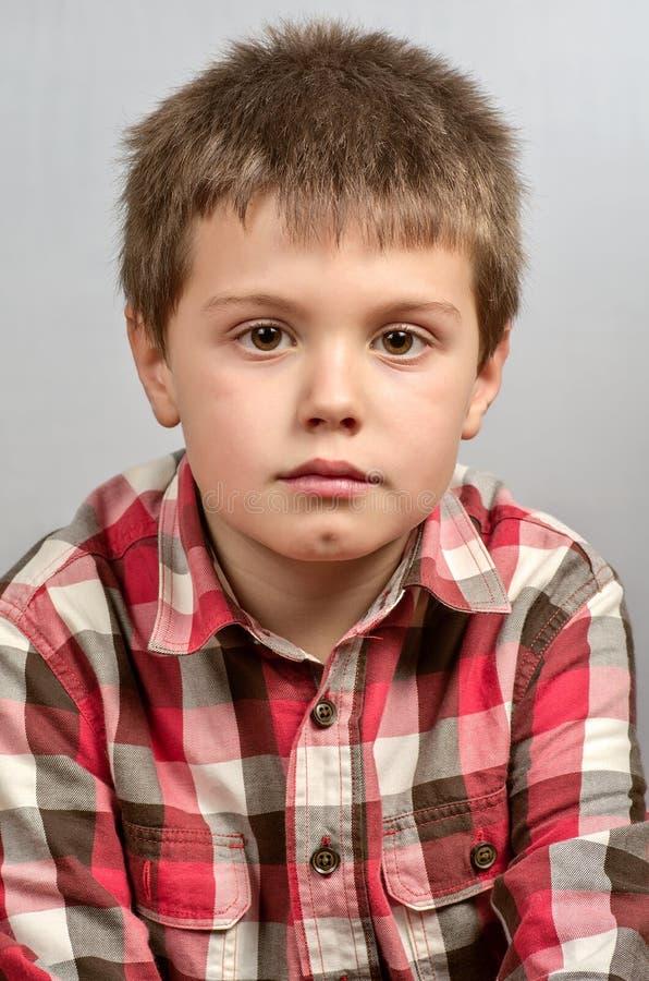 Enfant effectuant les visages laids 10 image stock