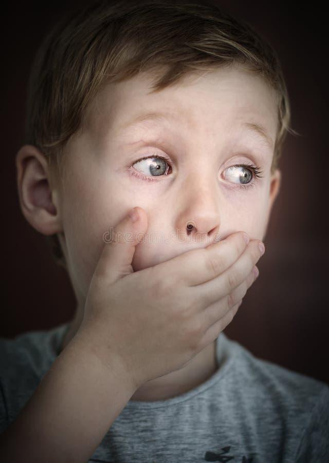 Enfant effrayé images stock