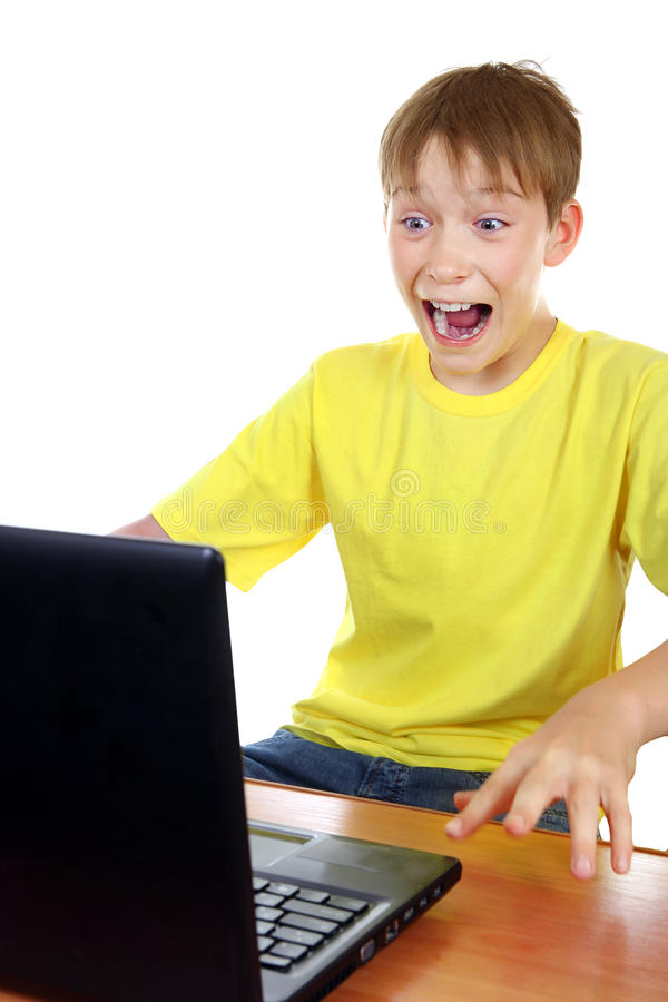 Download Enfant Effrayé Avec L'ordinateur Portable Photo stock - Image du indoors, panique: 45367562