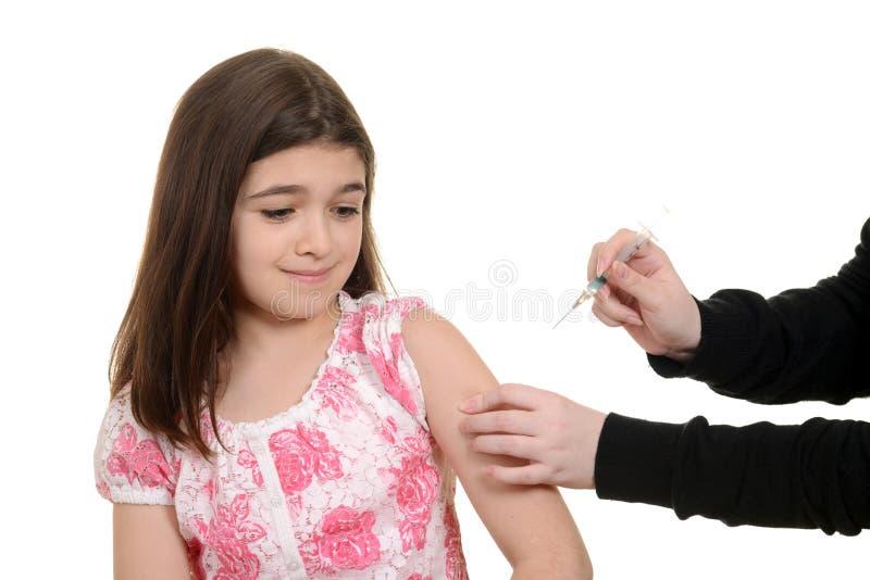Enfant effrayé obtenant l'injection d'immunisation photos libres de droits