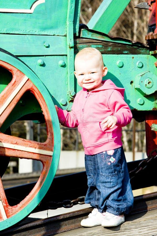 Enfant en bas âge à la machine de vapeur photo libre de droits