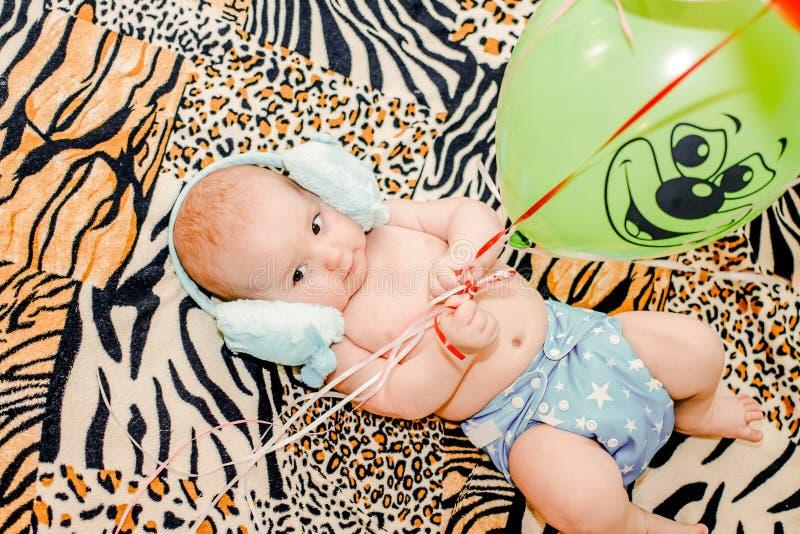 Enfant en bas âge âgé de six mois dans la couche-culotte photographie stock libre de droits