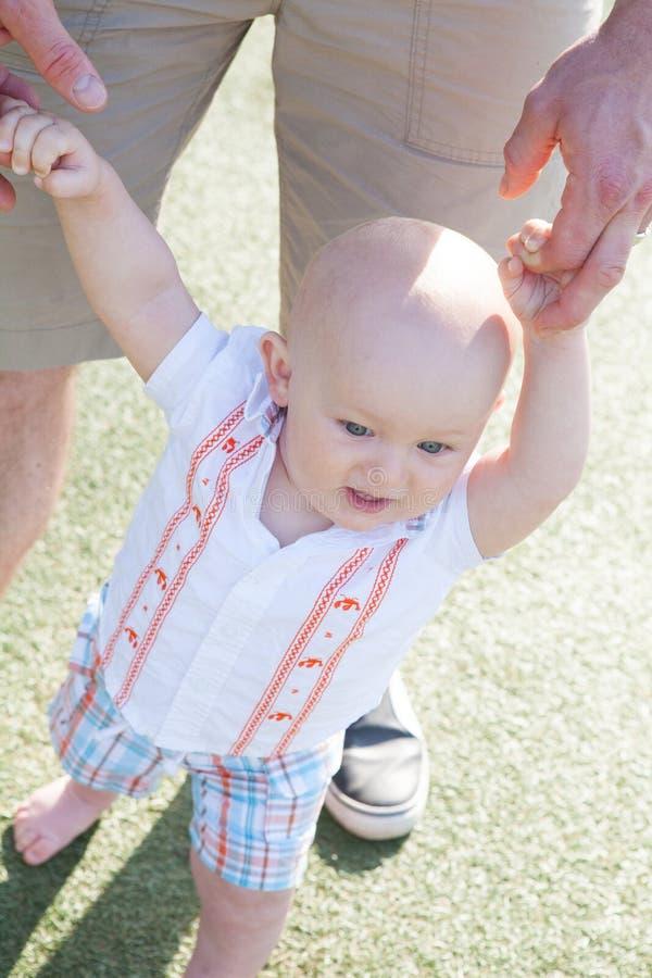 Enfant en bas âge apprenant à marcher photographie stock