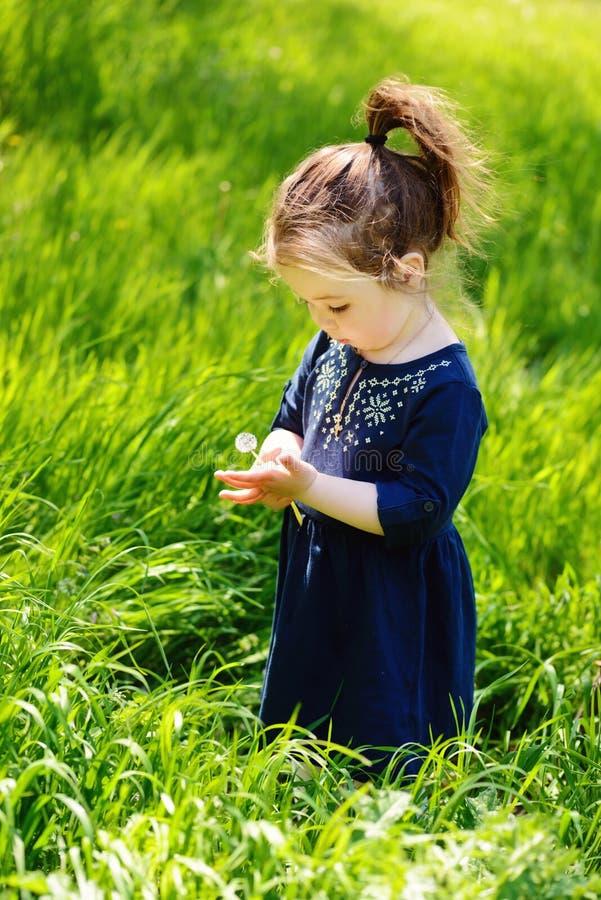 Enfant en bas âge au printemps photo stock