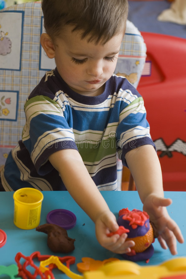 Enfant en bas âge avec des jouets images libres de droits