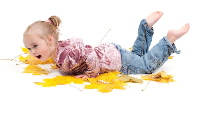 Enfant en bas âge avec des lames d'érable photos stock
