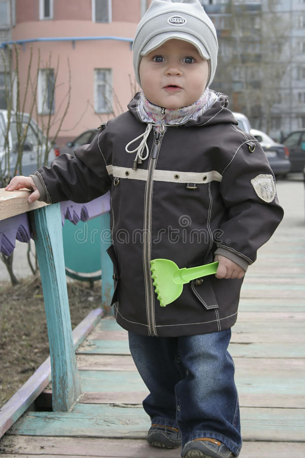Enfant en bas âge avec la cosse de jouet photo stock