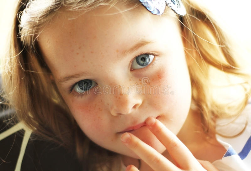 Enfant en bas âge avec la pose sérieuse photographie stock libre de droits