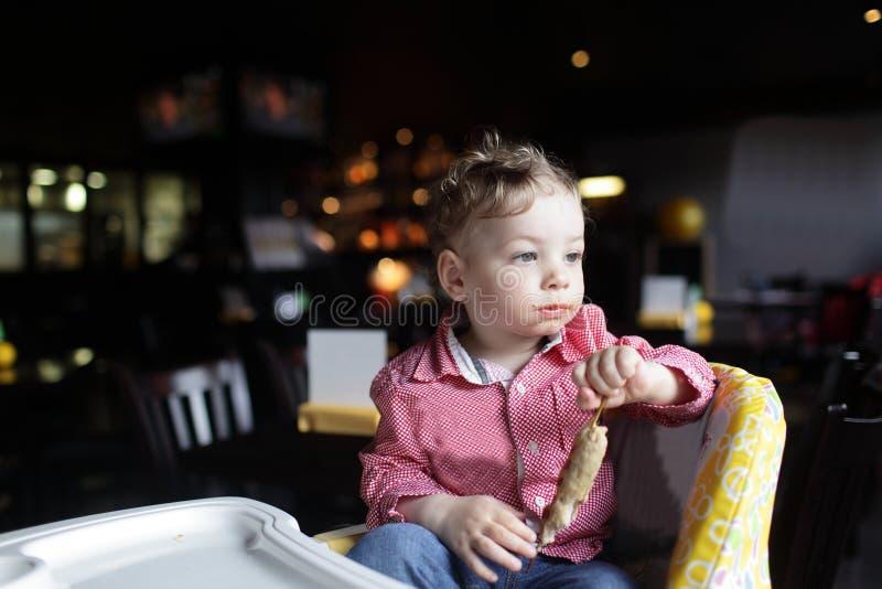 Enfant en bas âge avec le chiche-kebab photos stock