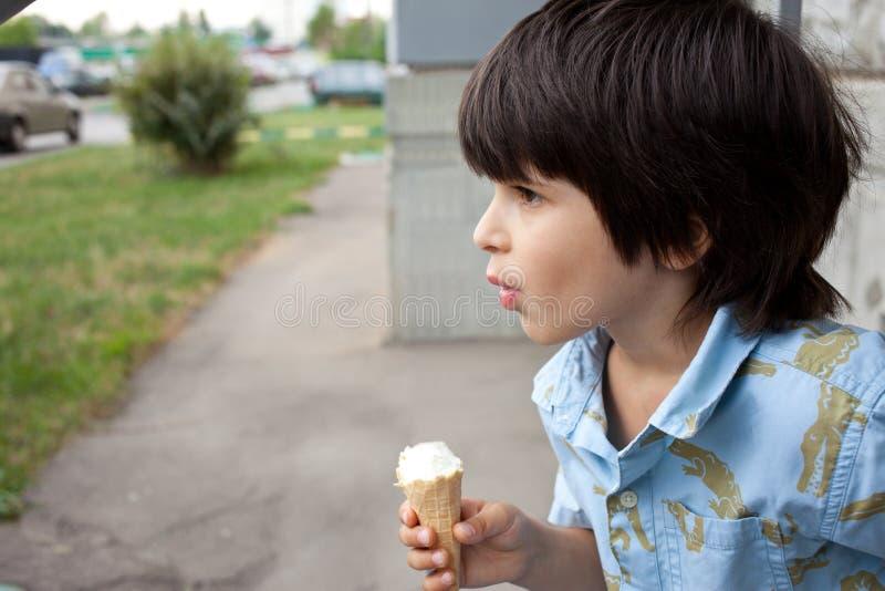 Enfant en bas âge avec une glace photographie stock libre de droits