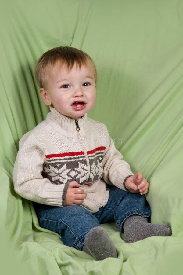 Enfant en bas âge dans des vêtements de l'hiver images stock