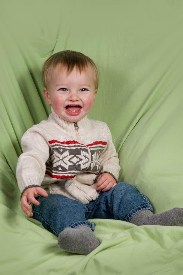 Enfant en bas âge dans des vêtements de l'hiver photos stock