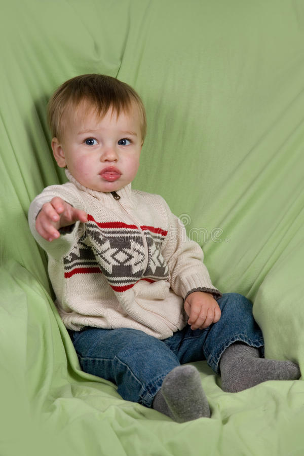 Enfant en bas âge dans des vêtements de l'hiver photo stock