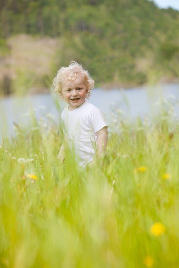 Enfant en bas âge dans l'herbe grande photo libre de droits