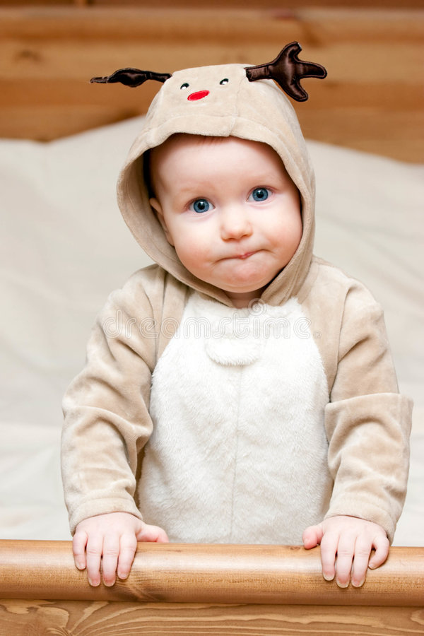 Enfant en bas âge dans le costume de cerfs communs photographie stock