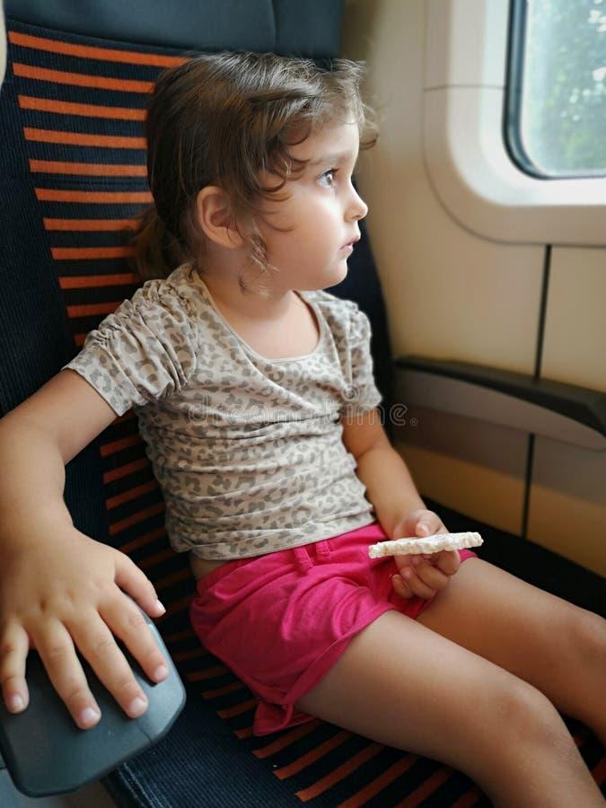 Enfant en bas âge dans le train photo libre de droits