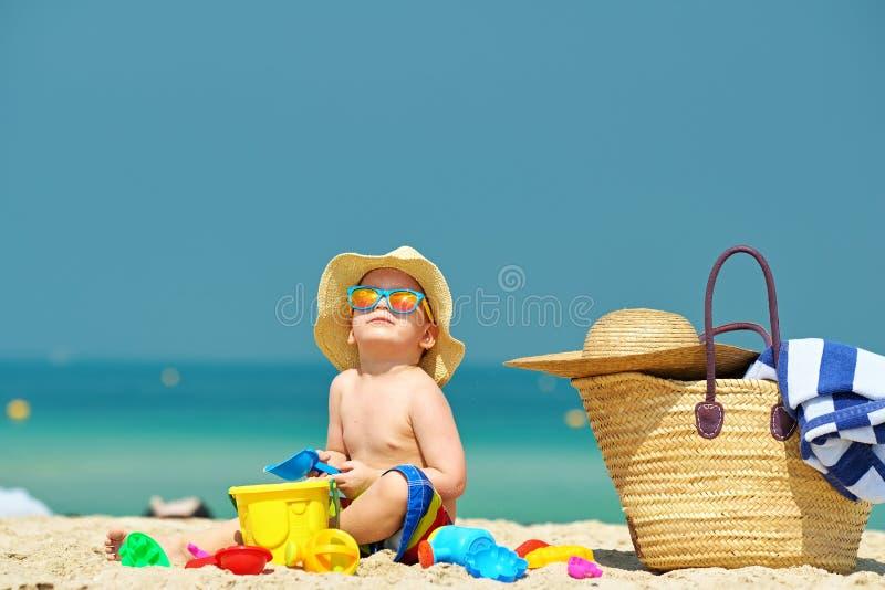Enfant en bas âge de deux ans jouant sur la plage photos libres de droits