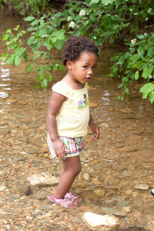 Enfant en bas âge de marche photo libre de droits