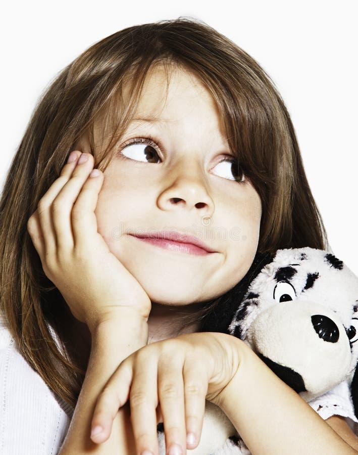 Enfant en bas âge doux avec le jouet mou de chiot dans le studio photos libres de droits