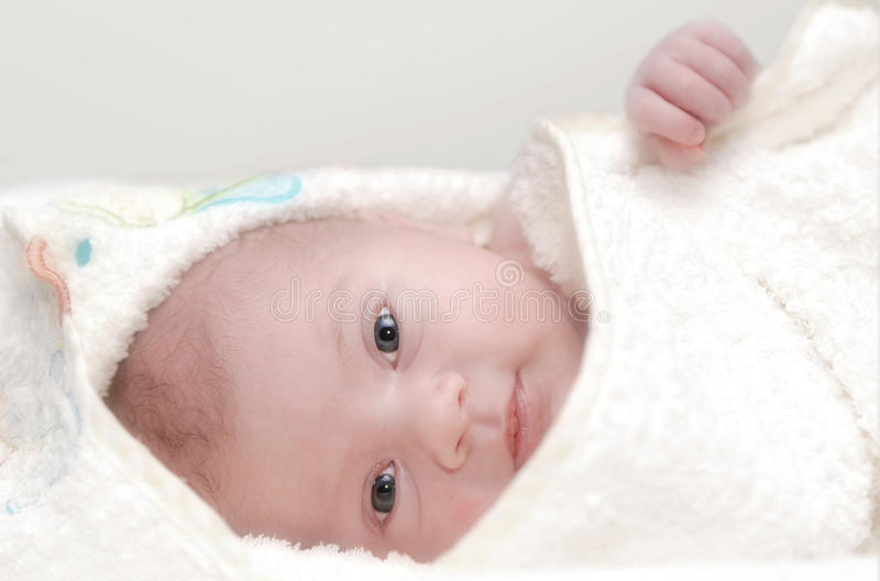 Enfant en bas âge en essuie-main de Bath photographie stock
