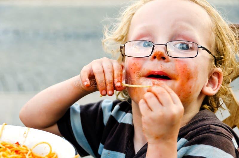 Enfant en bas âge et pâtes malpropres photos stock
