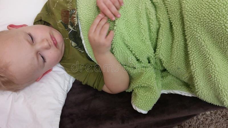 Enfant en bas âge faisant une sieste photos libres de droits