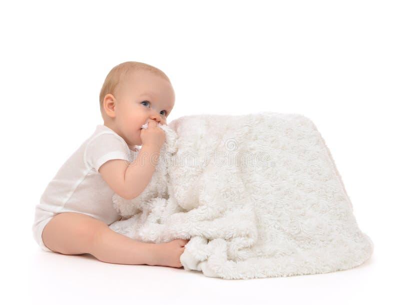 Enfant en bas âge infantile de bébé d'enfant reposant et mangeant la serviette couvrante molle photo stock