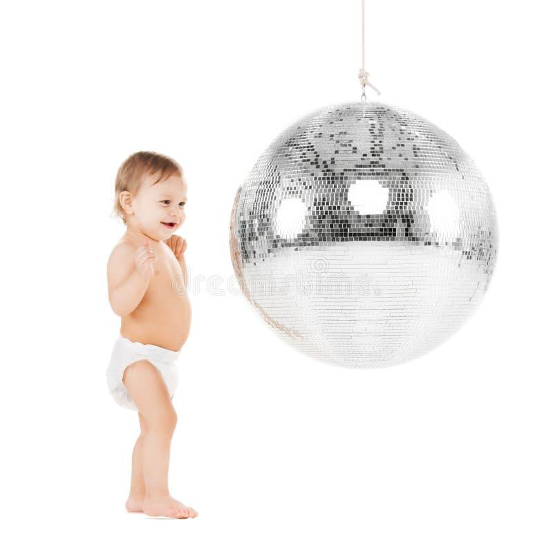 Enfant en bas âge jouant avec la boule de disco photos stock