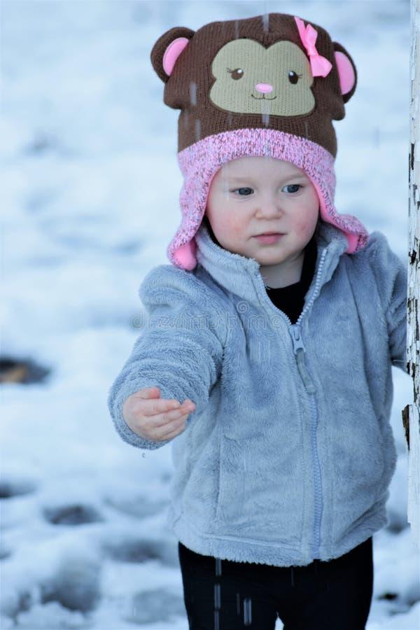 Enfant en bas âge jouant dans l'eau en baisse images stock