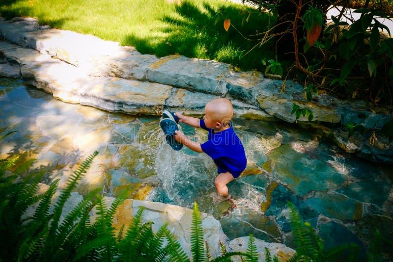 Enfant en bas âge jouant dehors en rivière image libre de droits