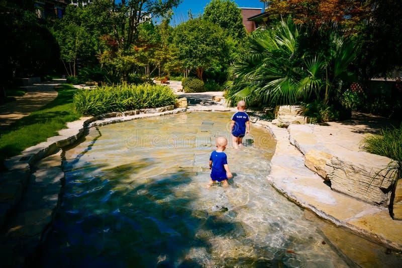 Enfant en bas âge jouant dehors en rivière images stock