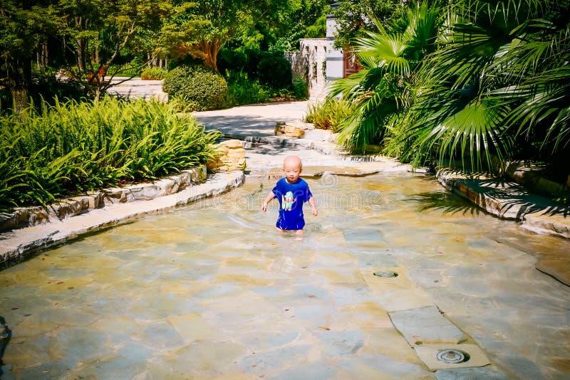 Enfant en bas âge jouant dehors en rivière photos libres de droits