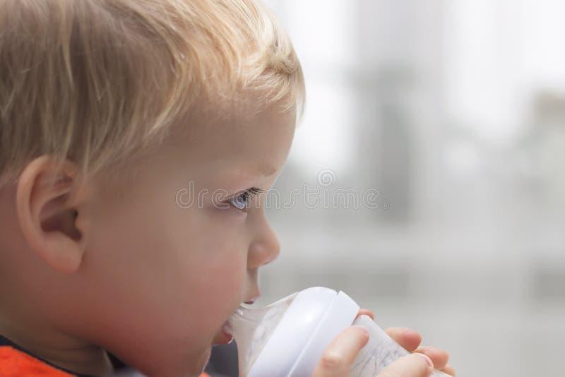 Enfant en bas âge mignon avec la bouteille potable Copiez l'espace Vue de plan rapproché image libre de droits