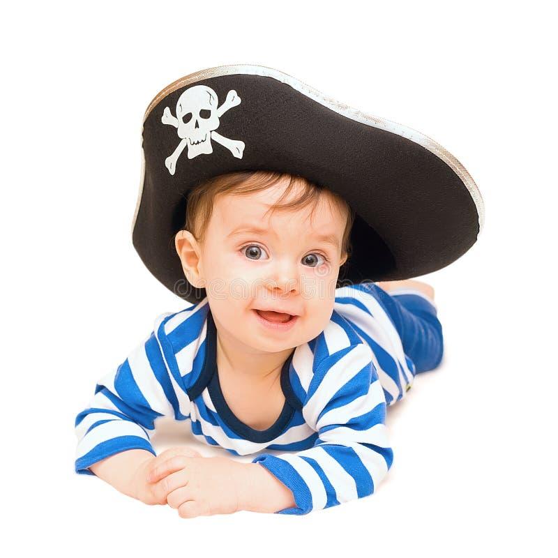 Enfant en bas âge mignon habillé comme pirate au-dessus de blanc photo stock