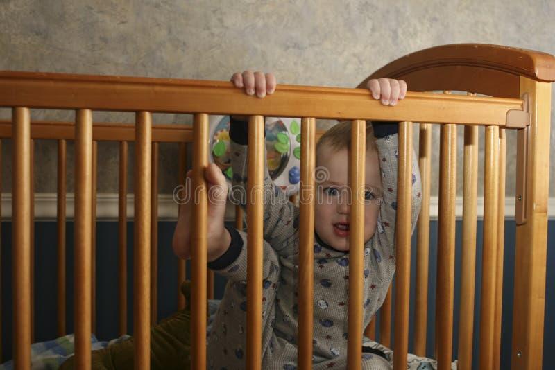 Enfant en bas âge s'élevant hors de la huche image stock