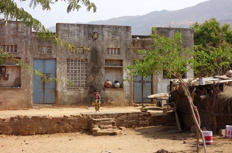 Enfant en bas âge sur l'Inde rurale de porche images stock