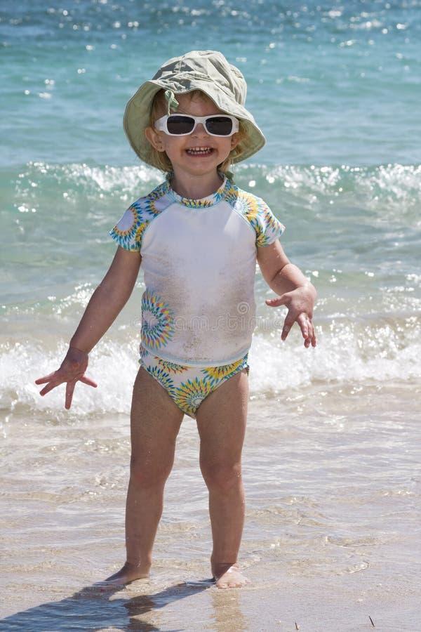 Enfant en bas âge sur la plage photographie stock libre de droits