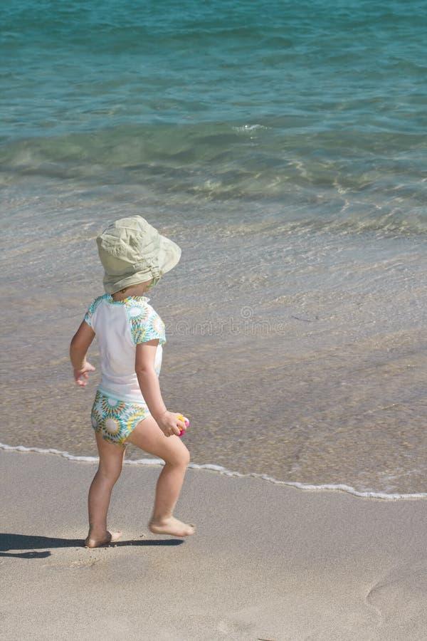 Enfant en bas âge sur la plage images stock