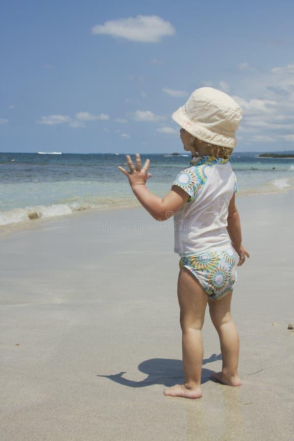 Enfant en bas âge sur la plage images libres de droits