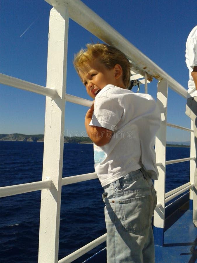 Enfant en bas âge sur le ferry-boat photographie stock