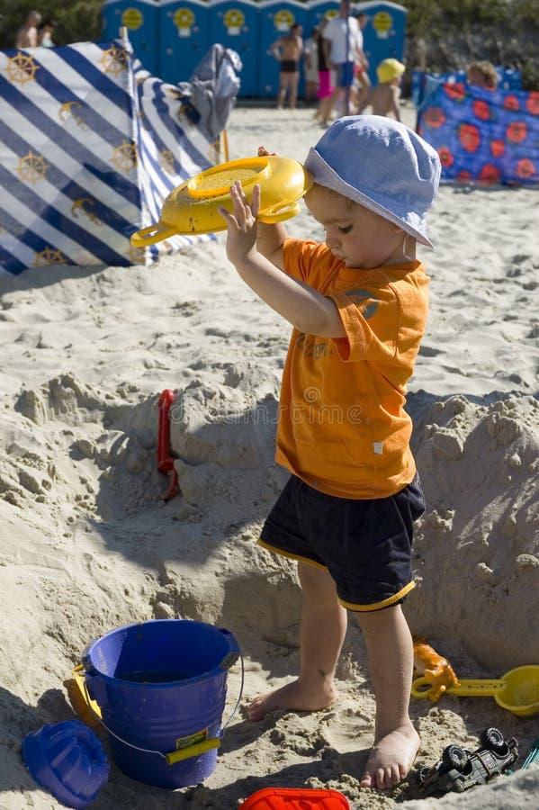 Enfant en bas âge sur le sable photographie stock