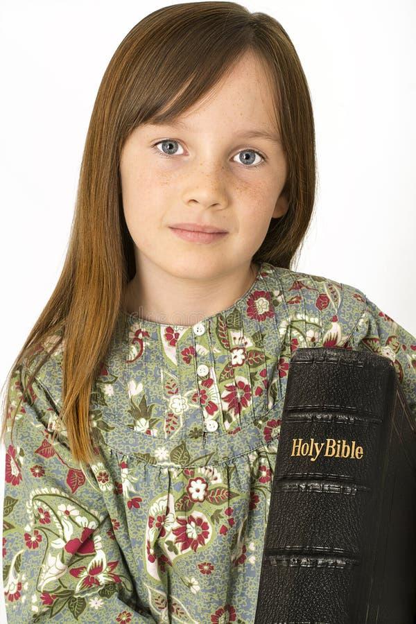 Enfant en bas âge tenant une bible image libre de droits