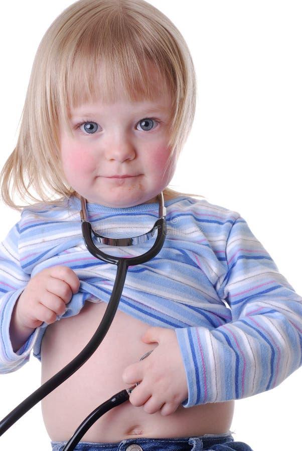 Enfant en bas âge utilisant un stéthoscope images libres de droits