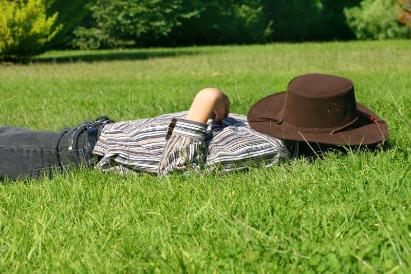 Enfant en sommeil dans l'herbe photo stock