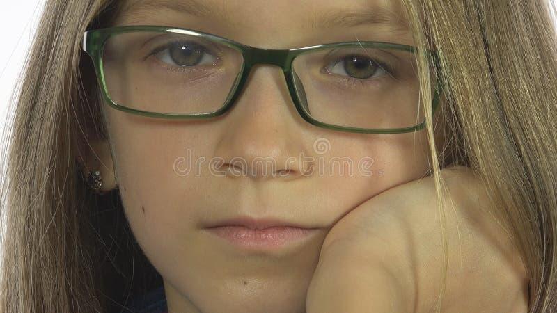 Enfant ennuyé triste de lunettes regardant, portrait blond de fille, visage d'enfant, écran blanc image libre de droits