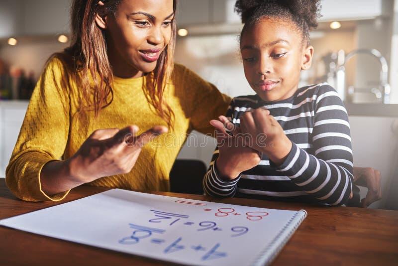 Enfant enthousiaste apprenant à calculer images libres de droits