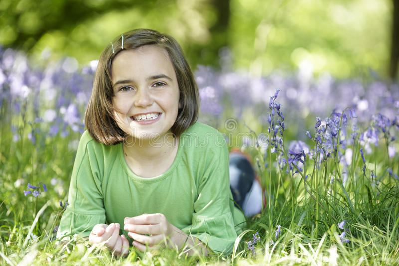 Enfant et bluebells photo stock