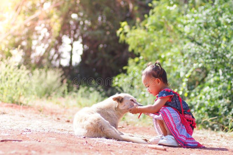 Enfant et chien dans le jardin images libres de droits